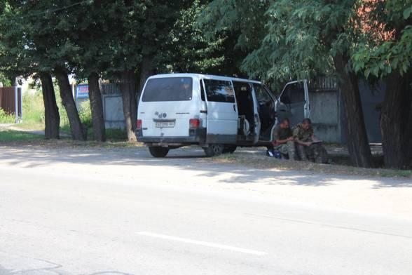 """Через дорогу від """"протестного"""" поля стоять правоохоронці. Силовики зі спецбатальону """"Вінниця"""" та патрульні поліцейські охороняють громадський порядок"""