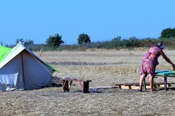 У полі розбили намет, в якому сплять чергові