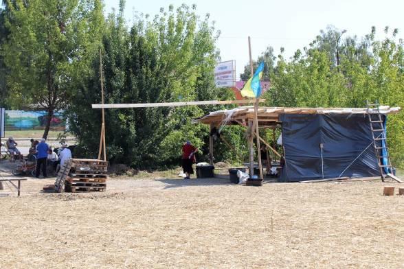 Табір активістів. Під навісом та в затінку дерев люди укриваються від спеки