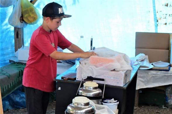 Хлопчик Богдан перевіряє припаси