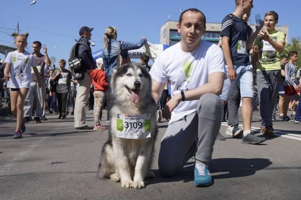 Дмитро Нікітішин разом зі своїм трирічним псом Вольтом пробігли 1,5 кілометра і зірвали бурю аплодисментів глядачів на фініші. Дмитро розповів, що вони з Вольтом спеціально готувались до забігу, тренувались зранку і ввечері