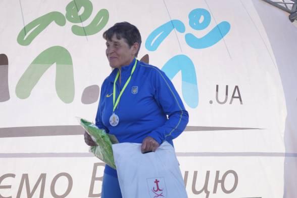 Лариса Лабарткава приїхала на забіг зі Львова. Жінці 69 років, 20 з яких вона займається бігом. Цьогоріч посіла друге місце в ультрамарафоні у Білорусі, де під час 48-годинного забігу подолала 212 кілометрів. У Вінниці бігла 21 кілометр