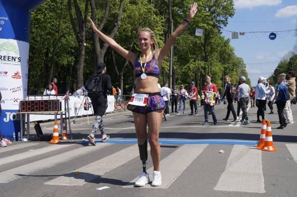 Одеситка Тетяна Воротіліна пробігла напівмарафон на одній нозі. Замість іншої у дівчини протез. Втративши ногу у автомобільній аварії, Тетяна продовжила займатись спортом і навіть почала брати участь у забігах на довгі дистанції