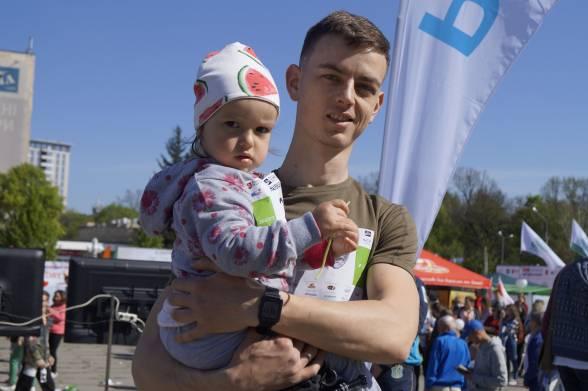 Ігор Слощинський біг дистанцію у 1,5 кілометра з дочкою Софією на руках. Дівчинці майже виповнилось два роки. Розповідає, що пробував бігти з Софією навіть посадивши її в рюкзак, але на руках виявилось найзручніше