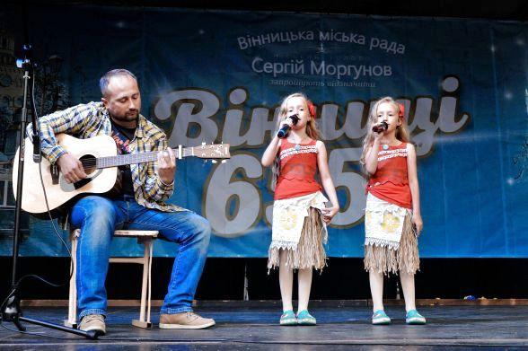 Батько Богдан з доньками Машею та Танею, родина Хороших