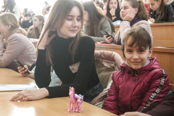 Маленька дівчинка Анна та учасниця олімпіади Анна Власюк