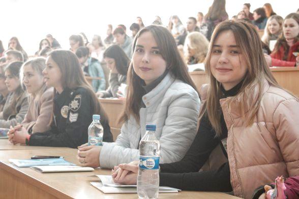 Учасниці-другокурсниці - Тетяна Олійник (зліва) та Анна Власюк (справа)