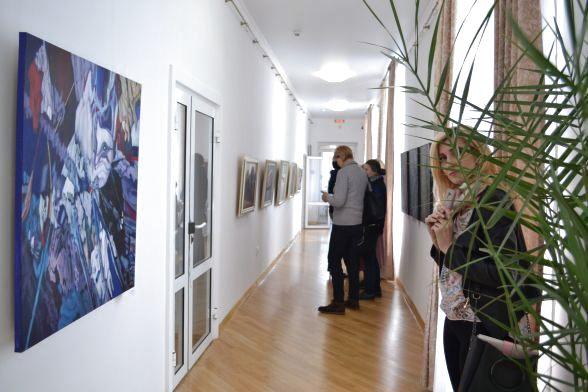 Сьогодні у коридорі на другому поверсі розміщена виставка Івана Марчука.