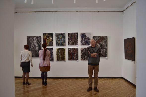 Тепер другий поверх художнього музею виглядає так: білі стіни, нові люстри та якісне освітлення.