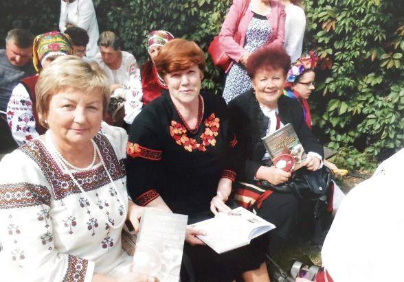 Ніна Кізь у вишиванці ліворуч на фото.