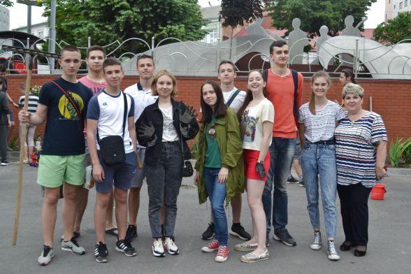 Учні 11-А класу з класним керівником Тетяною Коломієць