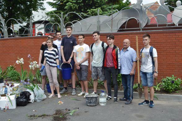 Учні 11–Б класу з класнм керівником Леонідом Килимником