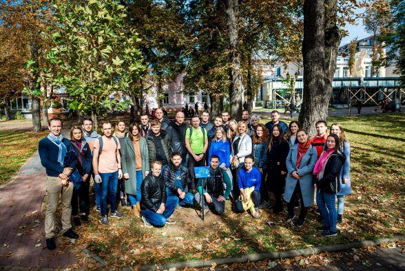 Команда спеціалістів Astound Commerce, які висадили платани у міському парку Вінниці