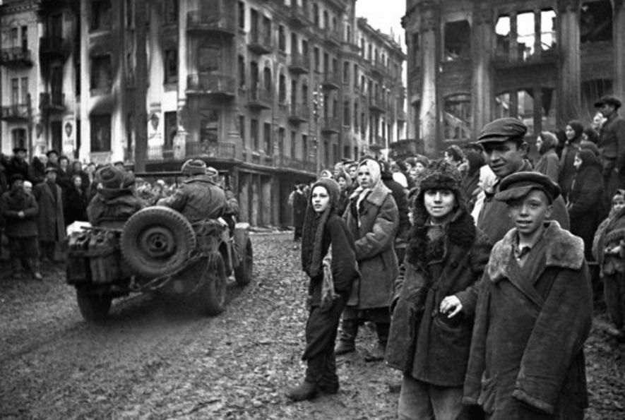 Зустріч червоноармійців з жителями Вінниці в день звільнення міста (фото фронтового кореспондента О. Шайхета)