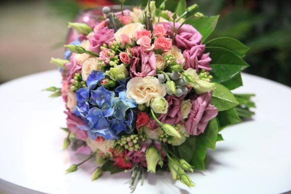 Найчастіше весільний кортеж прикрашають композиціями з квітів – живих чи  штучних. Все це наречені можуть знайти у каталозі студії весільної ... 9139ec5eed7ce