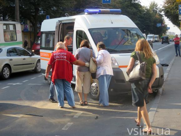 У Хмельницькому тролейбус потрапив в аварію - фото 2