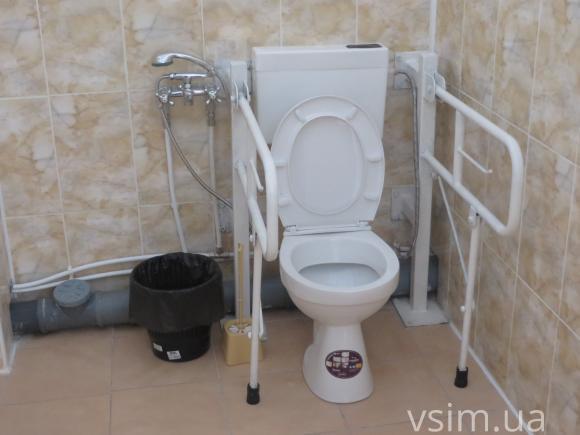 Кімната гігієни обладнана туалетом і душем